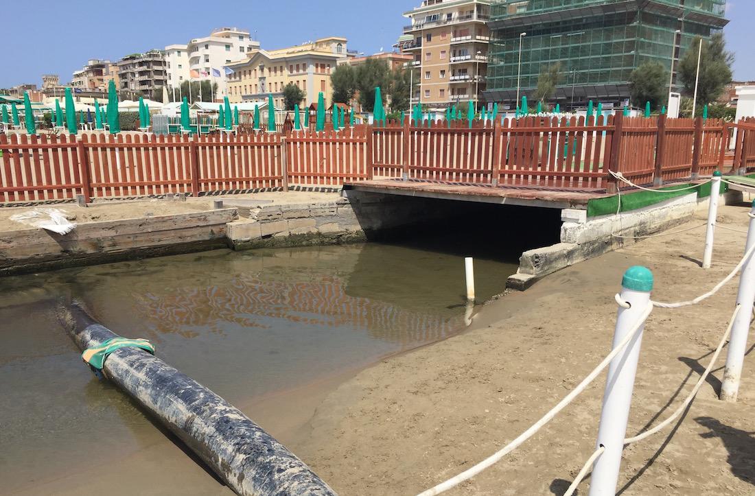 Goletta Verde nelle acque non troppo pulite della Toscana