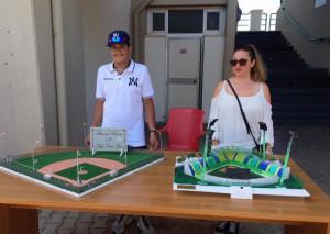 Giulia Morani e Alessandro Ranucci con due plastici donati oggi al Nettuno baseball